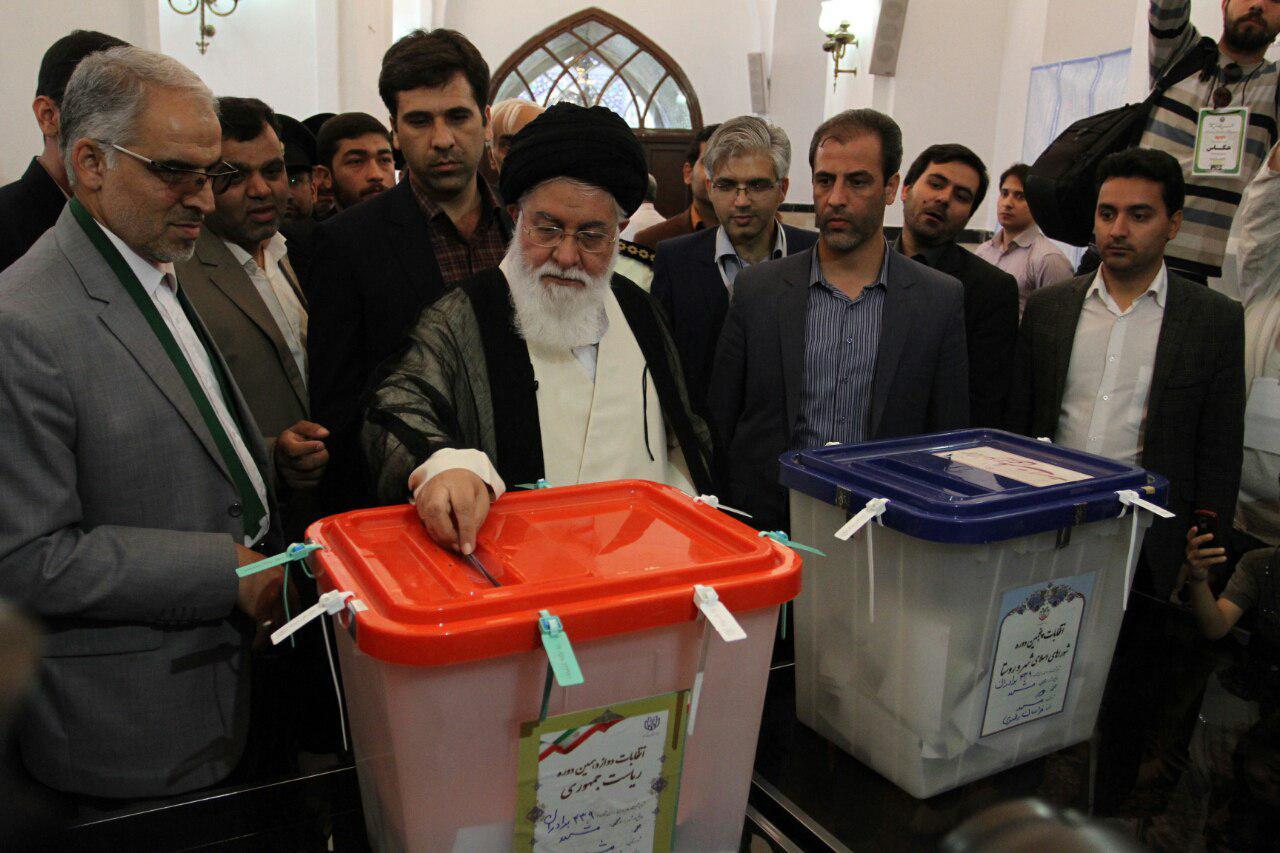 نماینده ولی فقیه در خراسان رضوی رای خود را به صندوق انداخت